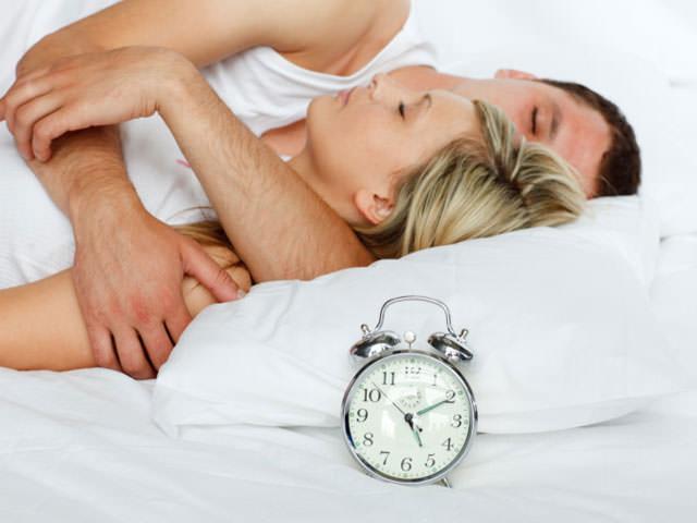 половой акт в простом варианте на кровати фото