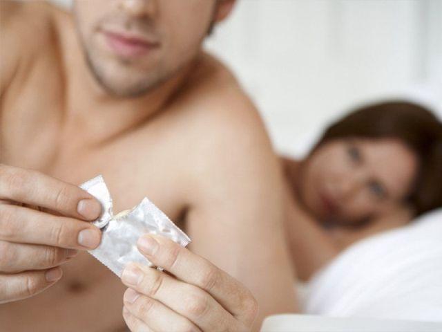 Как одеть презерватив на член видео